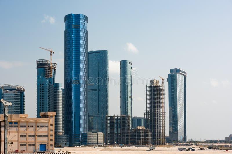 Район Абу-Даби новый с конструкцией небоскребов стоковая фотография rf