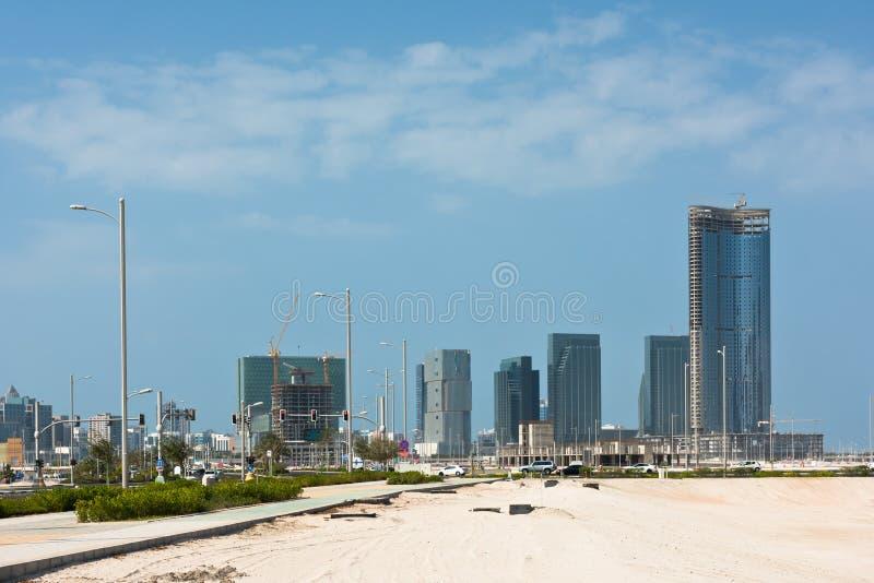 Район Абу-Даби новый с конструкцией небоскребов стоковое фото rf