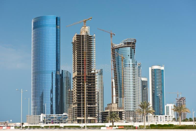 Район Абу-Даби новый с конструкцией небоскребов стоковые изображения rf