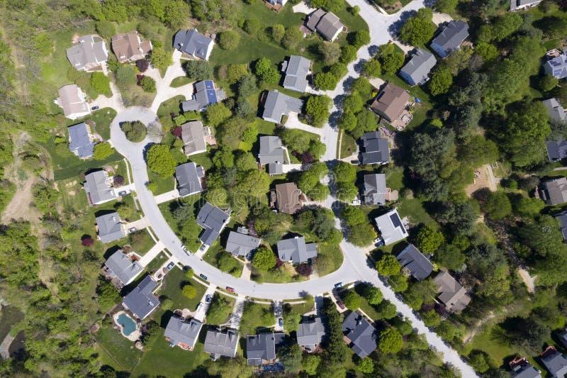 Район верхушки среднего класса американский с изгибать улицу в Мэриленде стоковая фотография
