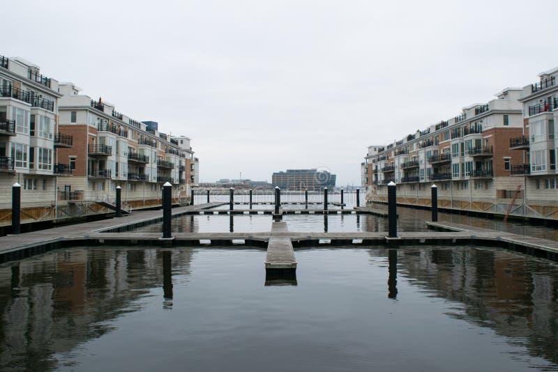 Район гавани внутри валит пункт в Балтиморе, Мэриленде стоковая фотография rf