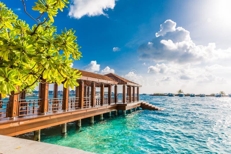 Район дока и аэропорта Мальдивов для туристов в солнечном дне стоковая фотография
