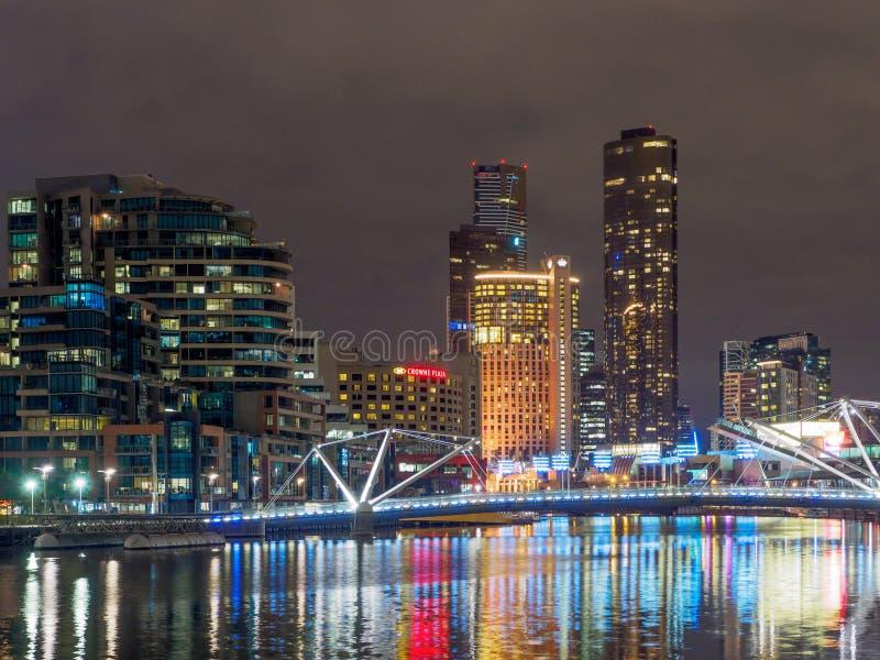 Район доков на ноче с мостом моряков пешеходным стоковые изображения rf