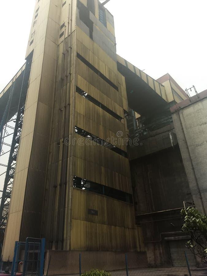 Район задворк дома дробилки в электрической станции тепловой мощности стоковое изображение
