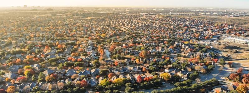 Район и рост панорамного взгляда сверху жилой в сезоне осени на севере Даллас стоковые изображения rf