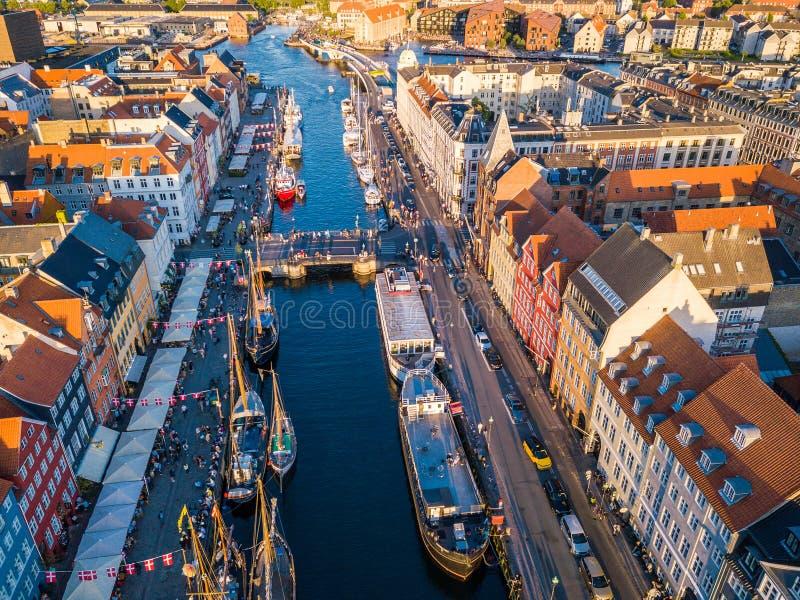 Район канала и развлечений гавани Копенгагена, Дании Nyhavn новый Вид с воздуха от верхней части посещенное сусло туриста стоковая фотография