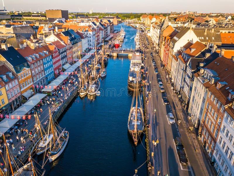 Район канала и развлечений гавани Nyhavn новый в Копенгагене, Дании Канал затаивает много исторических деревянных стоковая фотография