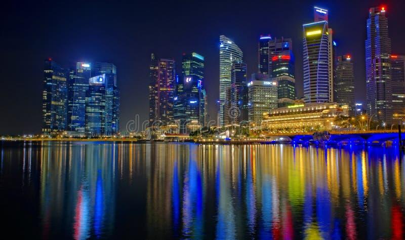 Район Сингапура финансовый на ноче стоковые фотографии rf