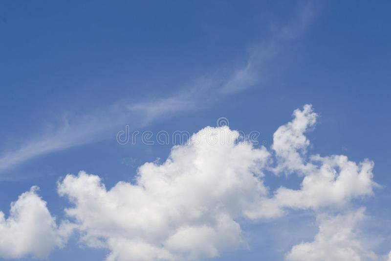 Рай красоты пасмурный, голубое небо красивейшая синь заволакивает белизна неба стоковое фото