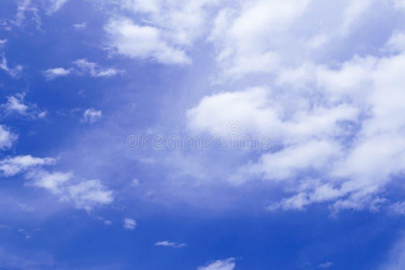 Рай красоты пасмурный, голубое небо красивейшая синь заволакивает белизна неба стоковое фото rf