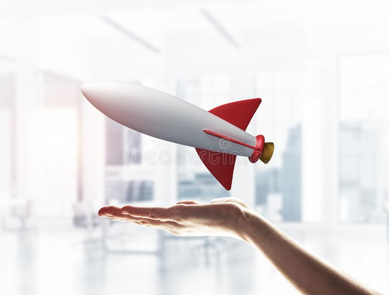 Ракета в руке как символ для высоких технологий и науки стоковое фото