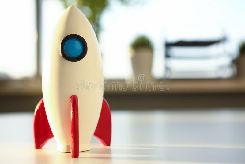 Ракета на начале квартальных стоек на таблице стоковое изображение rf