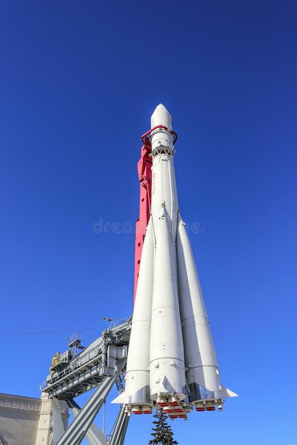 Ракета-носитель Востока для запускать корабль против голубого неба Выставка достижений национальной экономики, VDNH стоковое фото rf
