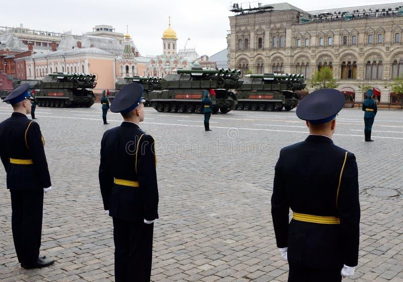 Ракетные комплексы противовоздушной обороны ` ` BUK-M2 во время воинской репетиции парада на красной площади в честь дня победы стоковые изображения rf