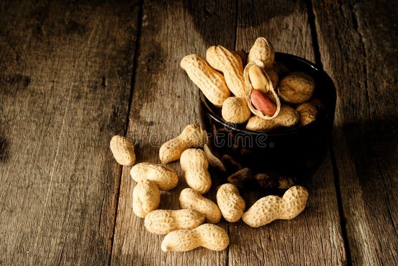 Раковина арахиса натюрморта открытая для того чтобы показать семя стоковая фотография rf