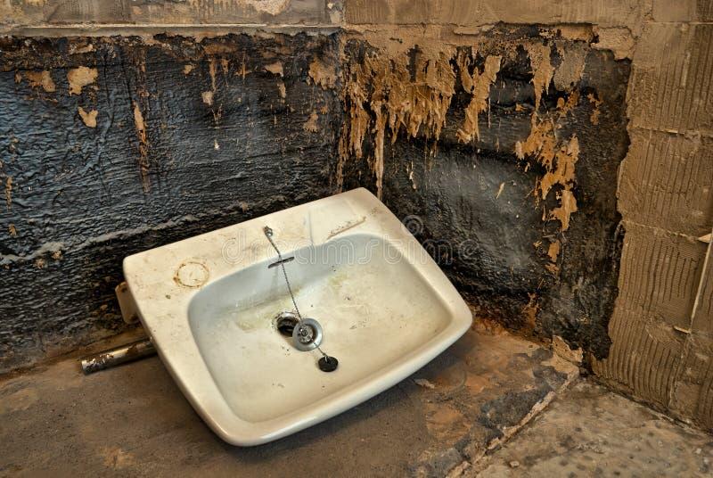 Раковина ванной комнаты на поле стоковые изображения rf
