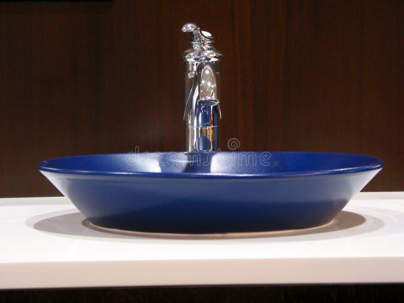 раковина ванной комнаты самомоднейшая стоковые фото