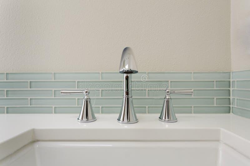 Раковина ванной комнаты с приспособлением стоковая фотография rf