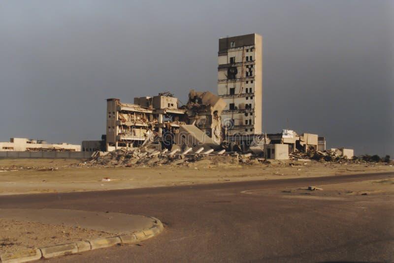 Раковина взорванного и, который сгоренного здания, Кувейта стоковые фотографии rf