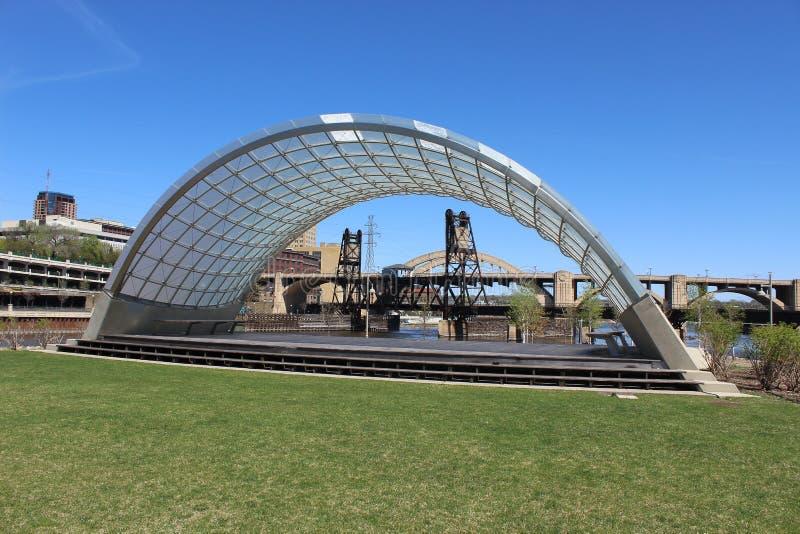 Раковина диапазона обрамляет мост подъема стоковое фото