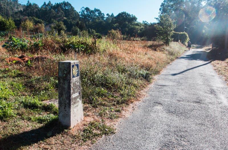 Раковина Scallop и желтая стрелка Путь к Santiago de Compostela стоковое фото rf