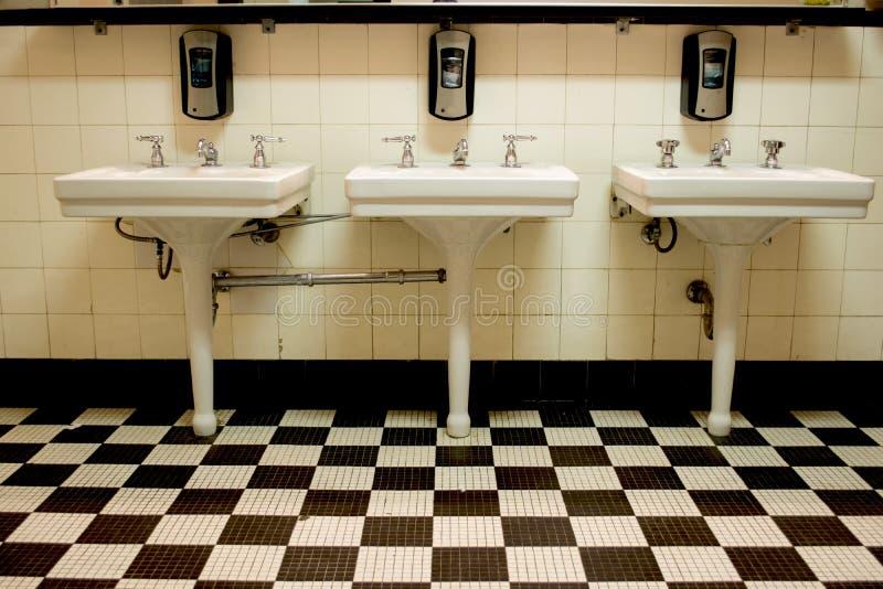 3 раковины в старой общественной уборном стоковая фотография