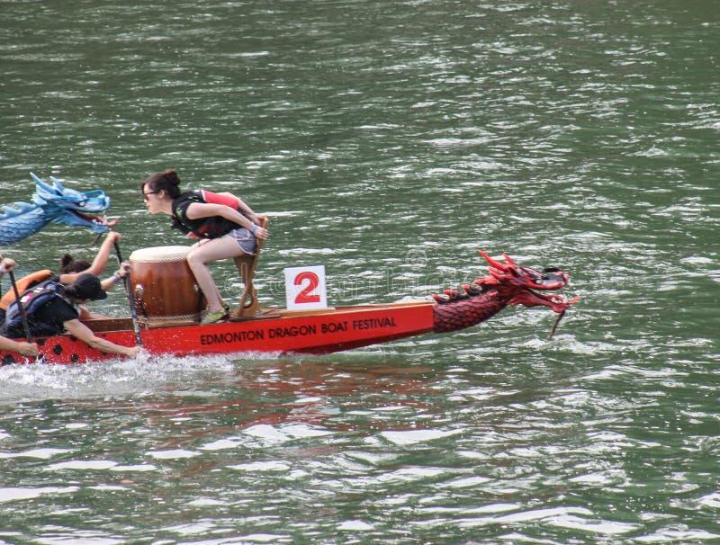 дракон macau экипажа клуба фарфора 2010 7th чемпионатов шлюпки участвует в гонке мир победителей стоковые фотографии rf