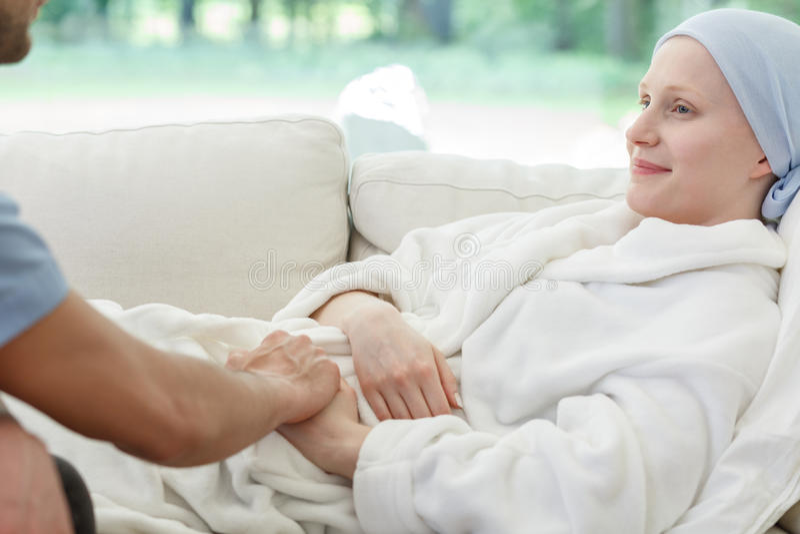 Рак женщины медсестры поддерживая сражая стоковые фото