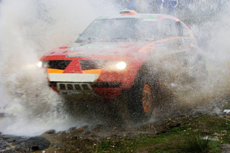 ралли автомобиля брызгая воду стоковая фотография
