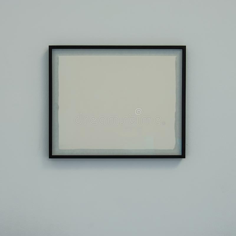 Рамка багета с белым чистым листом на стене стоковое фото rf