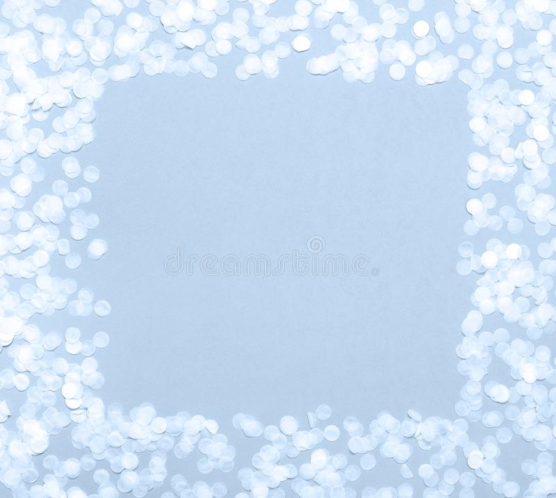 Рамка бумажного круглого confetti с ясным квадратом в середине на положении пастельного голубого взгляда сверху предпосылки плоск стоковое изображение rf