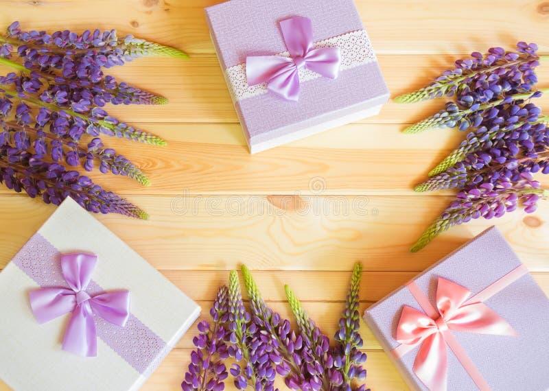 Рамка голубых wildflowers lupine и подарочных коробок стоковое фото rf