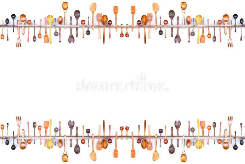 Рамка границы собрания установила различные деревянные ложки в ветроуловителе ложки, изолированном на белой предпосылке стоковые фотографии rf