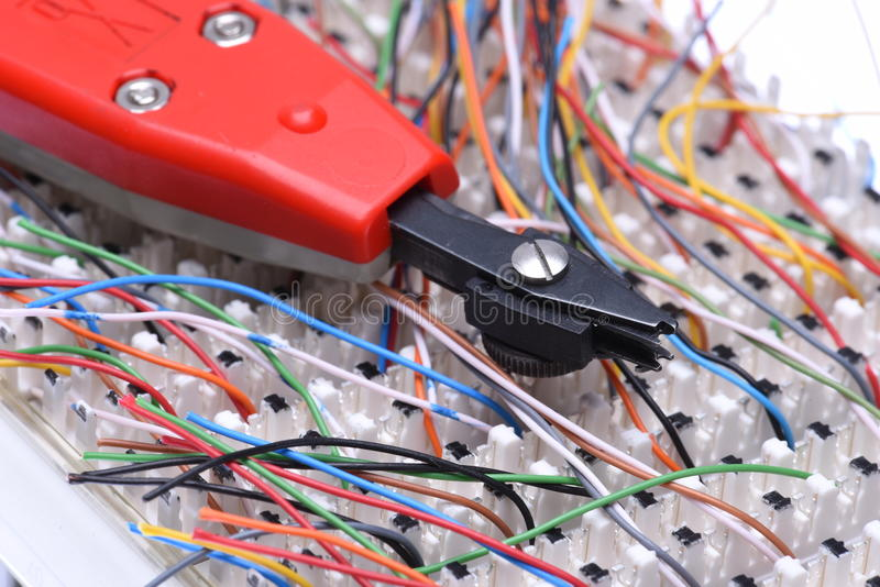 Рамка главного распределения радиосвязи с кабелями и пробивая инструментом стоковое изображение