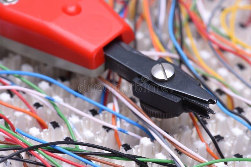 Рамка главного распределения радиосвязи с кабелями и пробивая инструментом стоковое фото