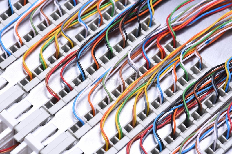 Рамка главного распределения радиосвязи с кабелями стоковые изображения
