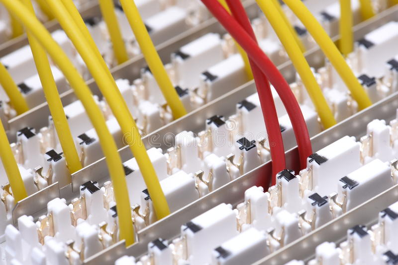 Рамка главного распределения радиосвязи с красочными кабелями стоковые фотографии rf