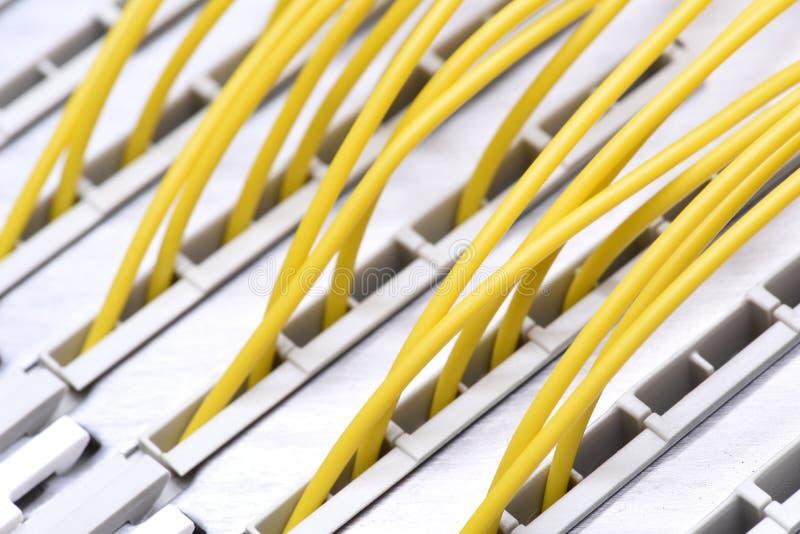 Рамка главного распределения радиосвязи с красочными кабелями стоковое фото