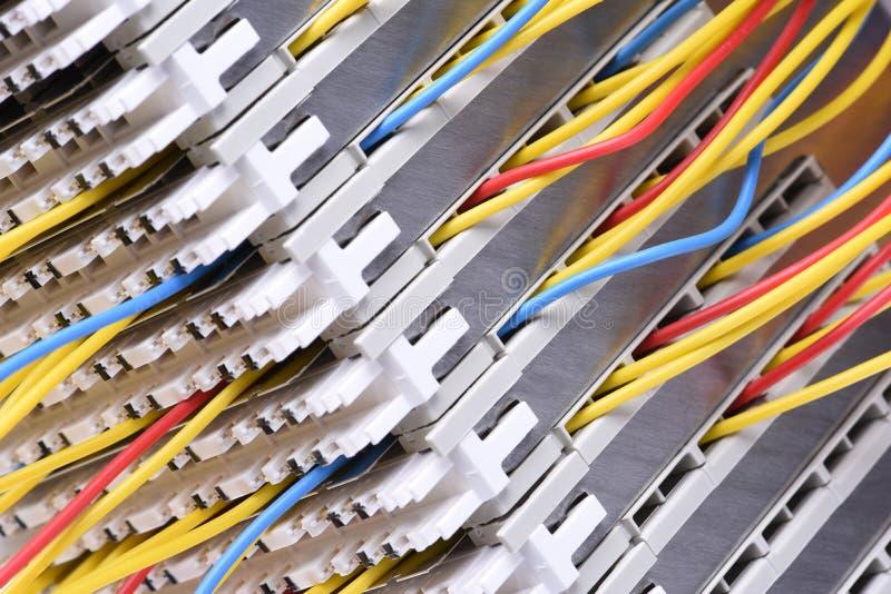 Рамка главного распределения радиосвязи с красочными кабелями стоковая фотография