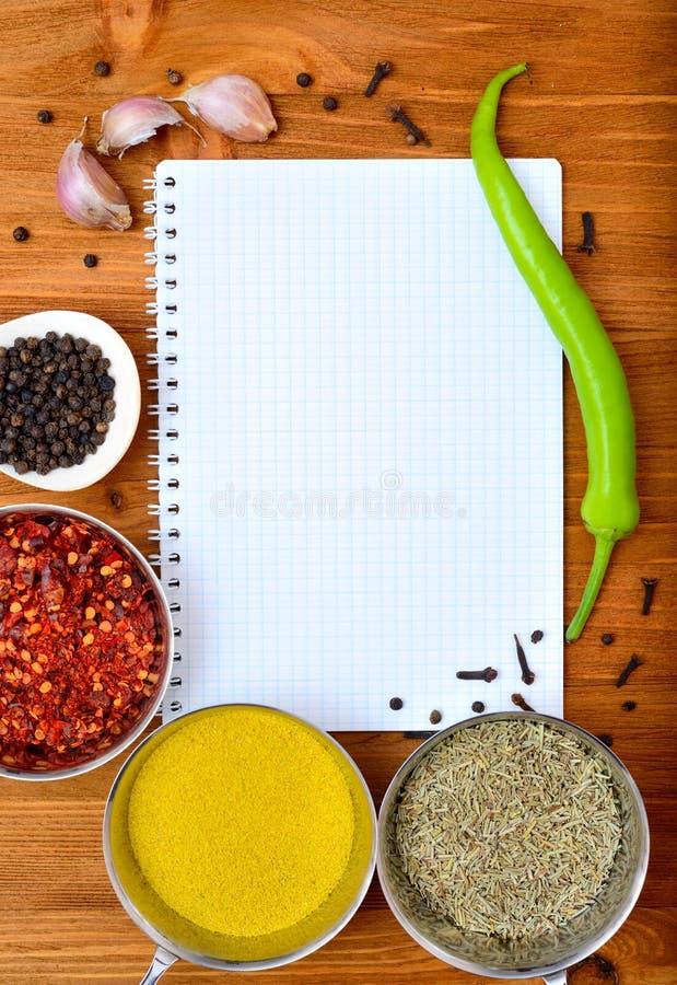 Рамка еды Copyspace с специями бумаги блокнота и аксессуарами варить стоковые фотографии rf
