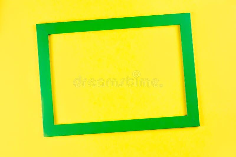 Рамка зеленого цвета на яркой желтой предпосылке стоковое изображение rf