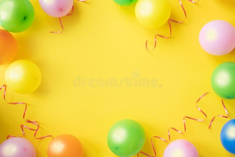 Рамка или предпосылка праздника с красочным воздушным шаром скопируйте космос стоковые фото