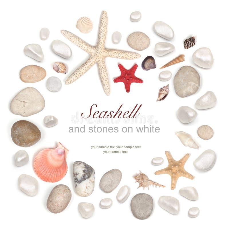 Рамка камней и seashell на белизне стоковая фотография rf