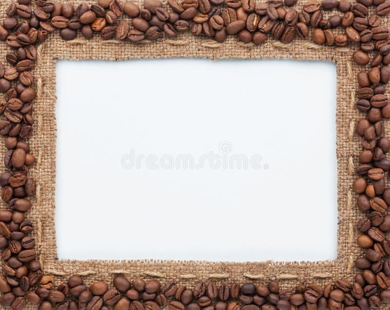 Рамка мешковины и кофейных зерен стоковые фото