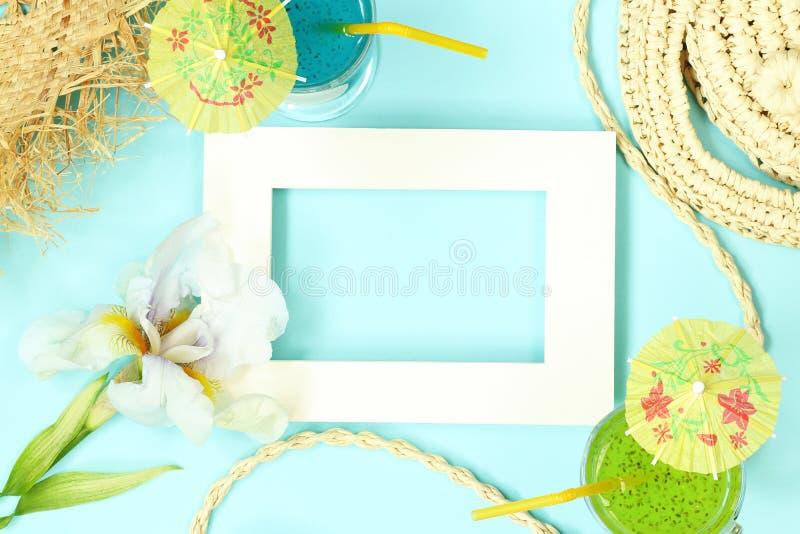 Рамка модель-макета лета с сумкой, цветками и коктейлями соломы стоковое фото rf