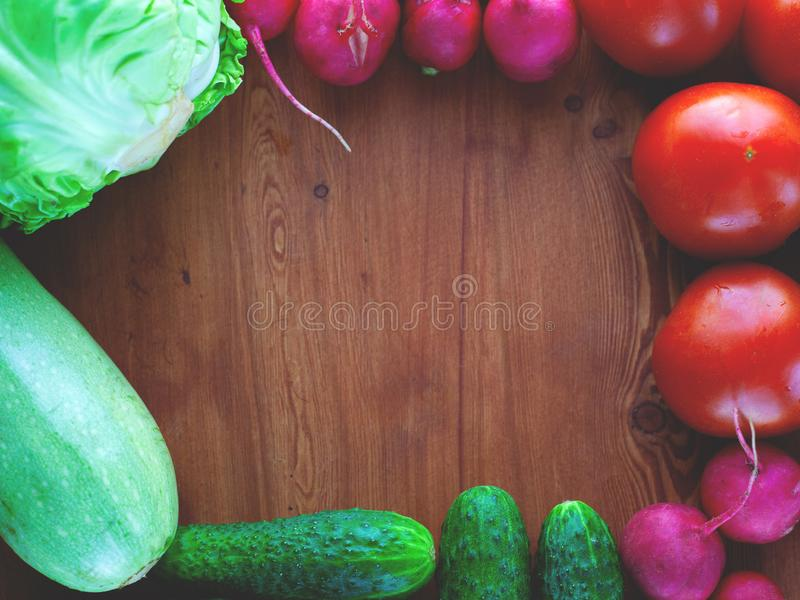 Рамка овоща для теста от огурцов, редиски, томатов, на деревянном взгляде сверху предпосылки, образ жизни стоковое изображение
