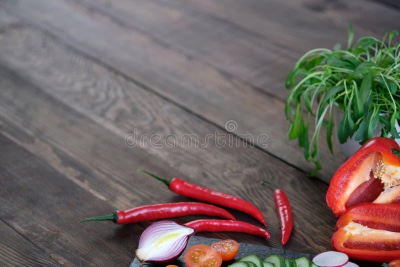 Рамка от свежих овощей на старом деревянном столе стоковое фото rf