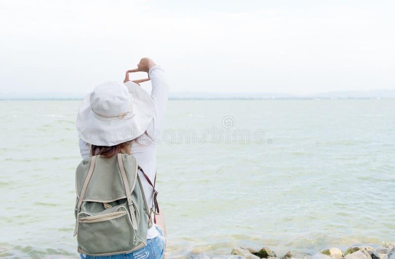 Рамка пальца выставки молодой женщины битника для принимает запруду изображения стоковые фото