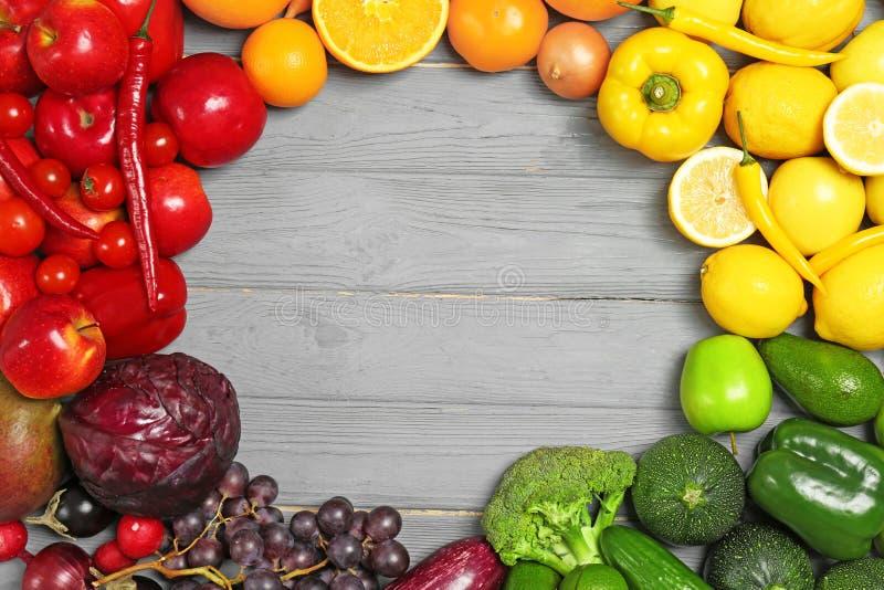 Рамка радуги сделанная из свежих фруктов и овощей стоковое фото
