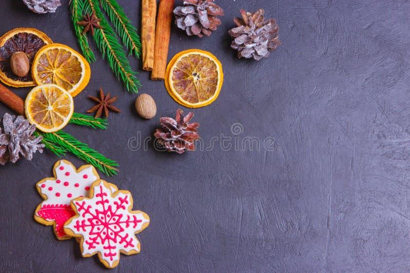 Рамка рождества от ветвей и украшений ели на черной предпосылке с космосом для текста С Рождеством Христовым и с новым годом стоковое изображение rf